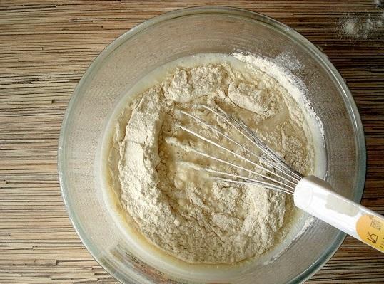В несколько заходов всыпаем в молоко пшеничную муку