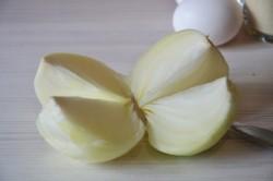 Две небольшие луковицы очищаем и нарезаем кусочками