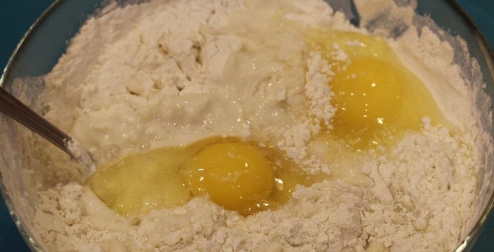 Просеиваем пшеничную муку и вбиваем яйцо
