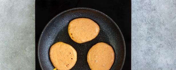 Столовой ложкой выливаем тесто, формируя оладушки