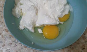 В глубокой посуде объединяем свежий натуральный йогурт, сметану и яйца