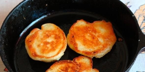 Ложкой аккуратно выкладываем тесто, формируя круглые дрожжевые оладьи