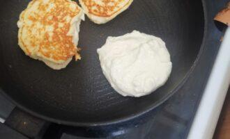 Ложкой выкладываем тесто, формируя оладьи