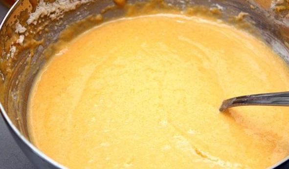 В массу отправляем куриное яйцо, разрыхлитель, немного соли, муку