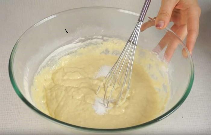 Не переставая работать венчиком или миксером, в несколько заходов просеиваем в посуду пшеничную муку