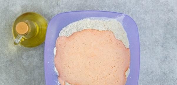 Выливаем морковную массу в миску с сухими продуктами